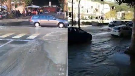 Allagamento piazzale Parenzo a Genova: scoppia una tubatura, traffico in tilt a Staglieno
