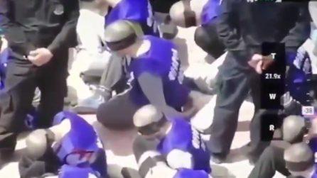 Centinaia di prigionieri bendati: le immagini ripresa dal drone in Cina
