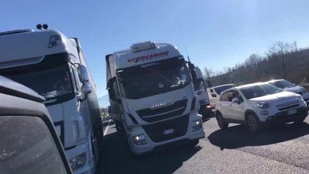 Ristoratori bloccano l'autostrada A1: forte protesta contro le restrizioni Covid