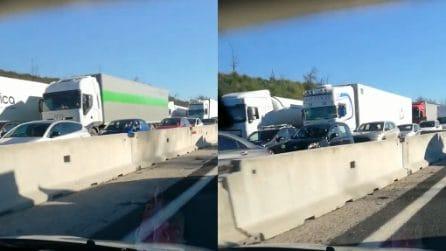 Napoli-Roma bloccata, tir e auto bloccano l'autostrada per chilometri