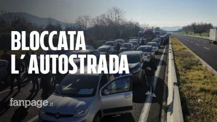 """I ristoratori bloccano l'autostrada: """"Vogliamo aprire tutto il giorno"""""""