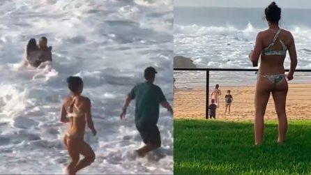 Una donna sta annegando, surfista smette di filmare e corre a salvarla