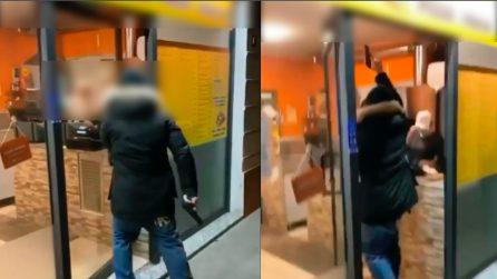 Arriva con una pistola e spara in pizzeria: gli autori diffondono il filmato sui social