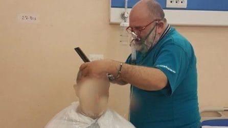 """Il barbiere positivo al Covid che taglia i capelli agli altri pazienti: """"La passione non si ferma!"""