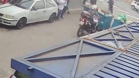 La polizia insegue un malvivente: ragazzini buttano un cassonetto in strada per ostacolare i poliziotti