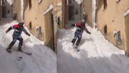 Un metro di neve nel paesino: gli abitanti indossano gli scii per le vie del caratteristico borgo