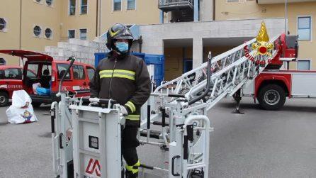 L'arrivo della Befana su un'autoscala all'ospedale Moscati di Avellino