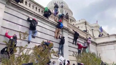 Disordini in USA, i manifestanti pro-Trump si arrampicano sulle mura del Congresso