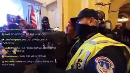 Il video dei sostenitori di Trump che si fanno i selfie coi poliziotti dopo aver invaso il Congresso