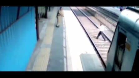 Tenta di recuperare la scarpa caduta sui binari e viene quasi investito dal treno