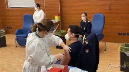 Coronavirus, allo Spallanzani vaccinazione di massa di medici ed infermieri della Polizia di Stato