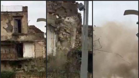Crolla vecchio palazzo ad Afragola davanti a decine di persone