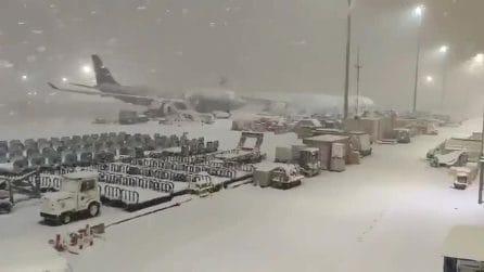 Tempesta di neve a Madrid: città nel caos. Chiuso l'aeroporto di Barajas