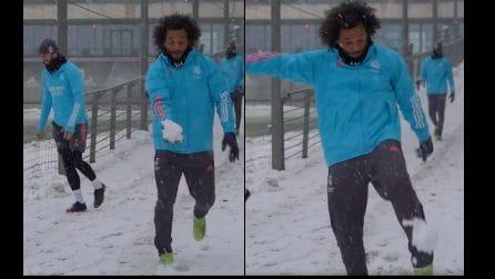 Nevicata a Madrid, ecco come la stella del Real Marcelo lancia le palle di neve
