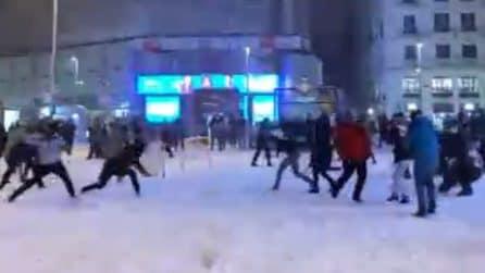 Battaglia con palle di neve in centro città: è polemica per l'assembramento a Madrid