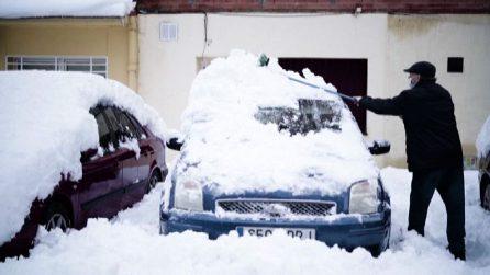Madrid sotto la neve, volontari in azione davanti agli ospedali