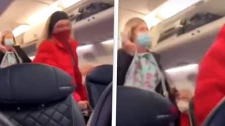 Donna espulsa dall'aereo perché avrebbe partecipato ai disordini al Campidoglio : la reazione dei passeggeri