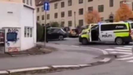 Oslo, uomo ruba ambulanza e investe i pedoni: le immagini