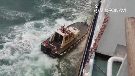 Il coraggio del pilota del porto di Savona che sale sul traghetto e fa attraccare in sicurezza la nave