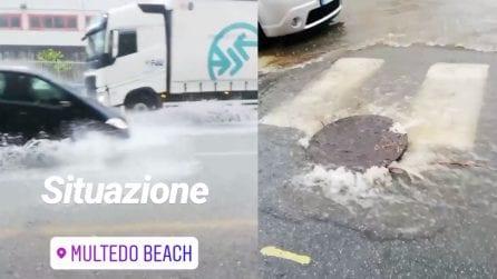Nubifragio a Genova: l'acqua esce dai tombini e allaga le strade