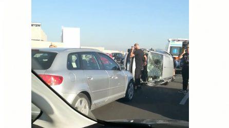 Auto si ribalta sull'Asse Mediano: traffico in tilt