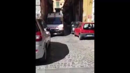 Napoli, ambulanza bloccata dalle auto in sosta selvaggia su via Foria