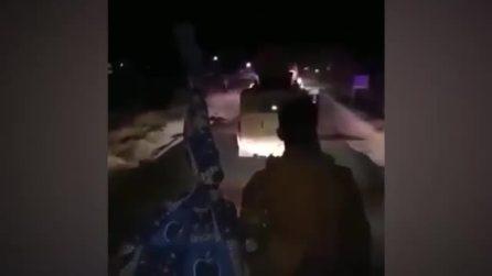 Siria, i miliziani curdi viaggiano ascoltando i Rage Against the Machine