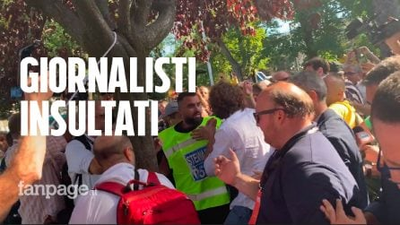 """10 anni M5s a Napoli: insulti, urla e spintoni ai giornalisti, nel mirino Filippo Roma: """"Venduti"""""""