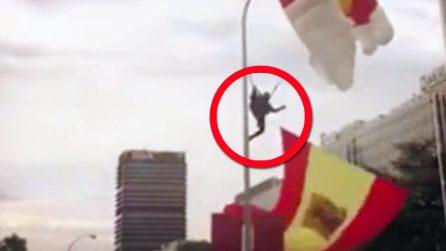 Paracadutista colpisce in pieno il lampione mentre tenta di atterrare