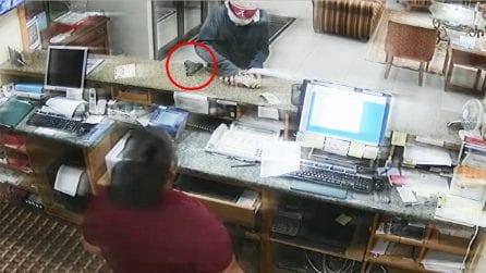 Un ladro armato entra nell'hotel e minaccia la dipendente: la reazione inaspettata della donna