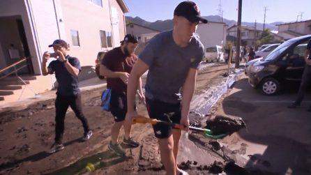Spalano il fango dopo il tifone in Giappone, il nobile gesto dei giocatori canadesi di rugby