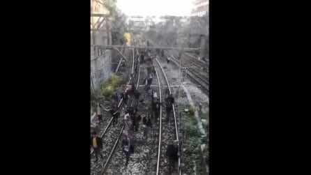 A fuoco un treno della Circumvesuviana, passeggeri in fuga sui binari