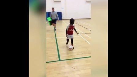 Mikey ha 8 anni ed è cieco ma non rinuncia al calcio: le commoventi immagini