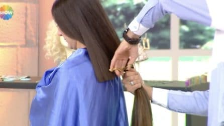 Tagliano troppo i suoi capelli: la ragazza piange e sviene in studio