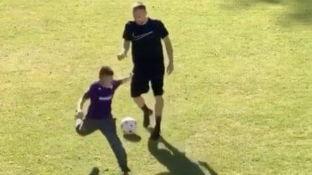 Ribery gioca in famiglia e si diverte insieme al figlio che indossa la maglia della Fiorentina