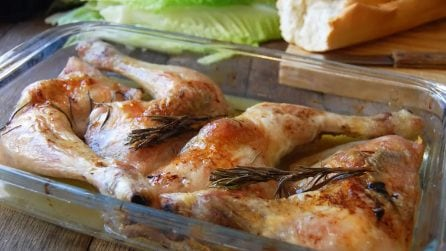 Pollo al forno con limone e rosmarino: ingredienti semplici e un sapore unico