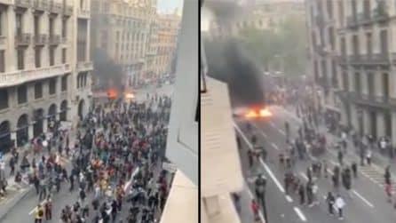 Barcellona, scontri e disordini in strada: i manifestanti lanciano oggetti