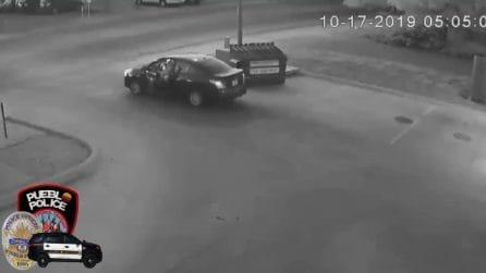 L'uomo viene ripreso mentre abbandona una valigia: trovato il corpo di una donna all'interno