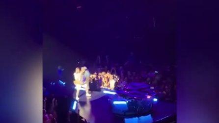 Lady Gaga cade dal palco in braccio al fan: l'incidente durante il concerto