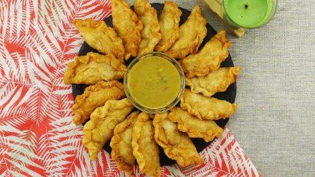 Fagottini croccanti ripieni di pollo: un antipasto sfizioso e saporito pronto in pochi minuti!