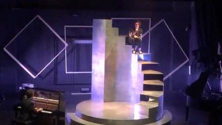 """Michele Bravi torna live dopo l'incidente: """"Perdetevi nella nebbia dell'immaginazione"""""""