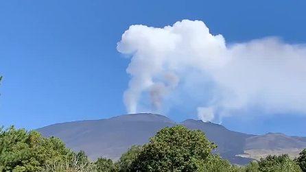 Etna, l'attività eruttiva del vulcano: sbuffi di cenere dai crateri sommitali