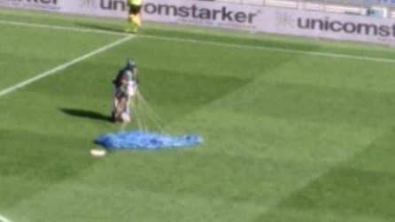 Sassuolo-Inter, paracadutista atterra in campo mentre Lukaku tira il rigore