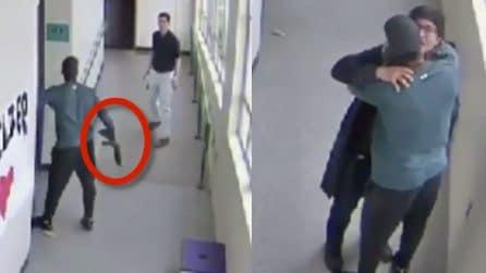 Studente armato entra a scuola: professore lo abbraccia e lo convince a lasciare il fucile