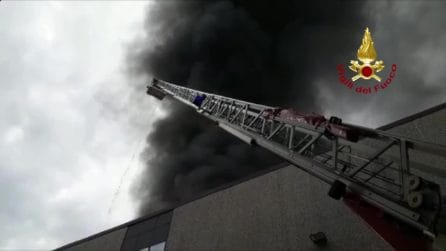 Patrica, incendio in una fabbrica: enorme colonna di fumo nero