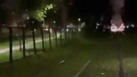 Milano, ubriaco si addormenta sui binari del tram: tragedia sfiorata