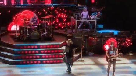 Incidente per il cantante dei Guns N 'Roses: la caduta durante il concerto