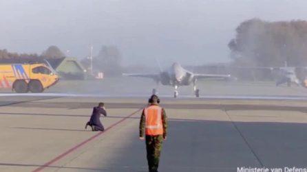 Problemi durante la presentazione: l'aereo da 80 milioni rischia di essere danneggiato