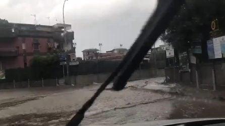 Fiume d'acqua invade una strada in provincia di Napoli