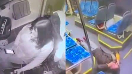 Autista del tram distratta dal cellulare, brutto incidente: passeggeri a bordo feriti